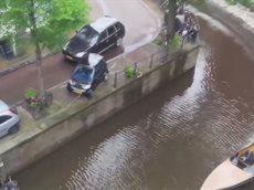 Порш столкнул авто с набережной Амстердама.